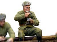 必死で食べている砲兵です。ありゃりゃ、よく見るとおしりが浮いていますね。