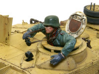 ミニアートの自走砲兵(運転手)をベースに改造した車長フィギュアです。元のキットで使ったのは頭と胴体および靴だけで、下半身と手足はパテで粘土細工しました。