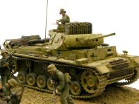 対戦車戦闘用の長砲身の3号戦車ですが、歩兵の支援も行います。なにしろアフリカ戦線では人手も物資も車両も足りません。