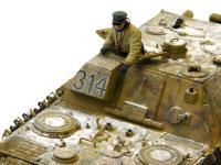 ヤクトパンターの戦車長です。暖かそうなシープスキンのジャケットを着ています。戦車の上に積もった雪が冷え冷えとしています。