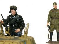 キット附属のフィギュアたちです。徽章類はデカールが附属しているため、これを貼るだけでバッチリ精密になります。戦車兵のコートは塗装指示通りセミグロスブラックにしたのですが、ちょっとテカテカ過ぎるかも知れませんね。