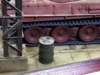 ここが工場の片隅であることを現す小物たちです。燃料の入ったドラム缶。工具やボロ切れなどです。すぐ脇に立つ柱でここが隅っこであることを表現したつもりですけど、どうでしょうか。