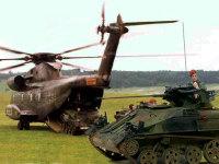 いつものインチキ合成写真です。ウイーゼル装甲車は小型軽量なので、こんなふうにヘリコプターで運ぶことが出来るんですね。