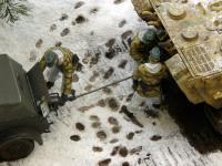 作業をする戦車兵たち。砲手と装填手と無線手です。運転手は運転席に座ってエンジンの操作をしています。車長の合図でスロットルを踏み込みます。
