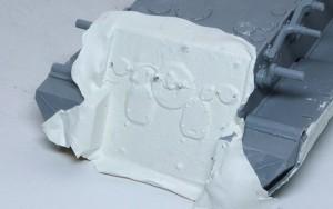 パンターA後期型 薄くのばしたミリプットパテを水で貼り付ける