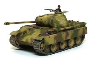 ドイツ・5号戦車パンターG初期型 1/35 戦車兵フィギュアを乗せる