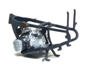 BMW R-12オートバイ フレームにエンジンをはめる