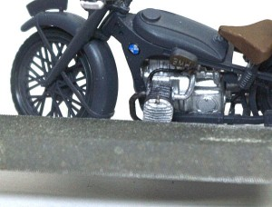 BMW R-12オートバイ 目立てヤスリで整形