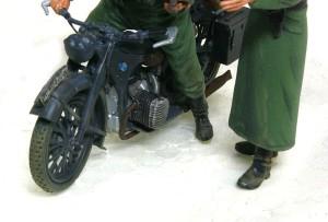 BMW R-12オートバイ フィギュアの足元を汚す