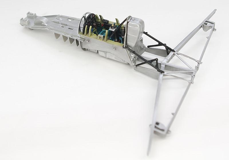 機体フレームの組立てとコクピットの組み込み