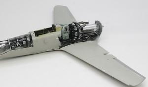 機体下面と主翼の取り付け