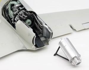 機体側板と排気管の接続