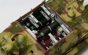 シュトゥルムティーガー 砲弾の積み込み