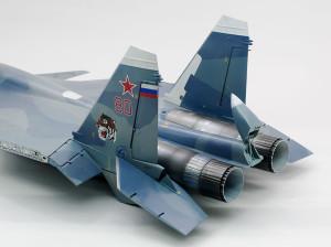 エンジンのマスキングを剥がして尾翼の組み立て