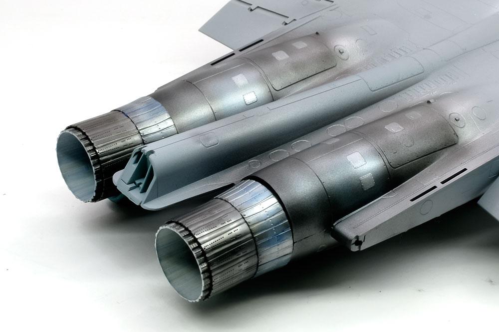 エンジンと機体後部の塗装