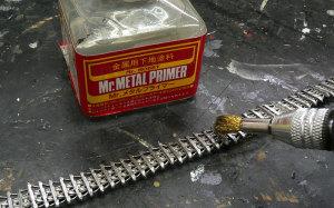 フリウル履帯を磨いてメタルプライマーを塗る