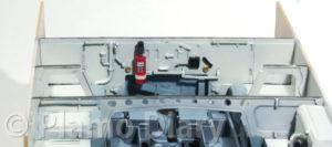 機関室隔壁の塗り分けと消火器の取り付け