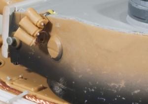 砲塔側面の加工とスモークディスチャージャー