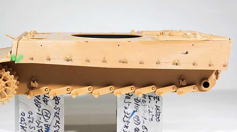 フェンダーの台座はモデルカステンのオマケを使用