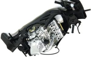 ヤマハ・YZR-M1'09 エンジンの取り付け