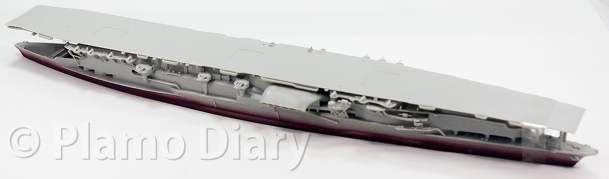 武装と飛行甲板の組み立て