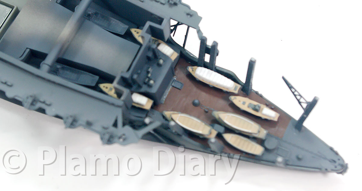 艦尾の甲板と艦載艇と柱