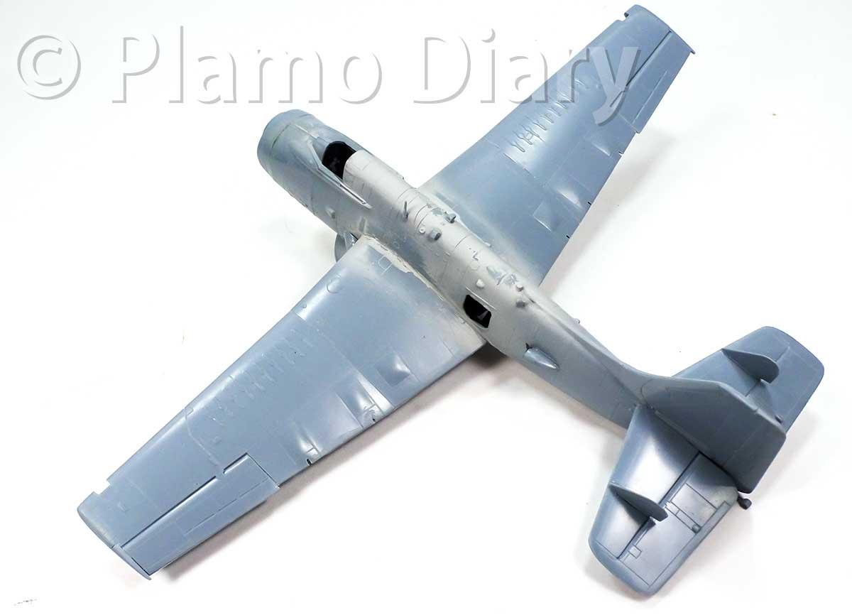 主翼、機首の重りの組み立て