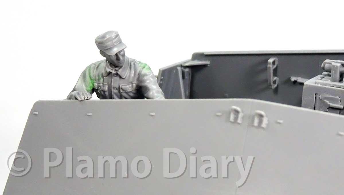 装甲板から顔を出す砲兵