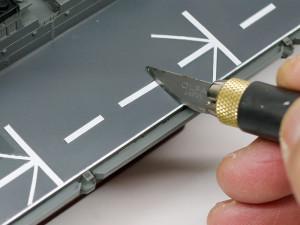 デカールの余白をデザインナイフで切り取る