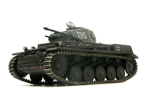 完成した2号戦車F型です。ちっちゃなキットで、しかも単色の塗装のためあっという間に完成しました。今回は履帯がわりとちゃんと塗れたような気がします(当社比)。予備の履帯の錆はタミヤの新製品の『ウエザリングマスターBセット』です。こうして写真で見てみると結構良い味出してますね。