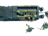 5人の兵士とハノマーク兵員輸送車を上から見たところです。カラーは大戦初期のジャーマングレー一色です。このハノマーク、12人の完全装備の兵士を運ぶことができたそうですが、どう見ても12人も乗れるようには見えません。運転席と助手席をのぞいて12名ですよ。そうとう窮屈だったでしょうね。