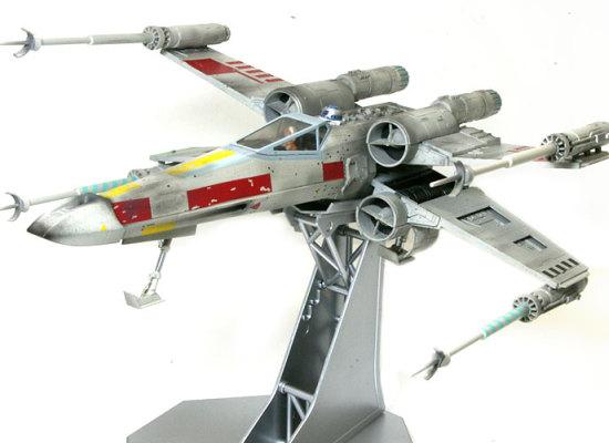 飛行状態を再現するため、キットには展示用の台も付属しています。翼はちゃんと可動します。