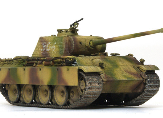 戦車はこの角度の写真が一番カッコいいですね。ミニスケールと言うことで再現度には限界があるのですが、うまく処理されているような気がします。