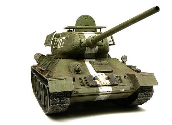 正面から見たT34/85戦車です。今回の抹茶アイス色はNATOグリーンに30%ほど白を混ぜました。油彩のローアンバーでウオッシングしてあります。