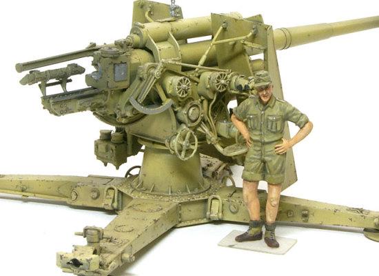 砲は実物と同じ機構で俯仰するのですが、可動式ではなく、いずれかの角度で固定しなければならないのが少し残念です。