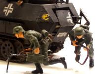 後方のハッチを開けて飛び出してくる兵士たちです。このキットに付属する躍動感のある兵士たちのフィギュアが魅力ですね。