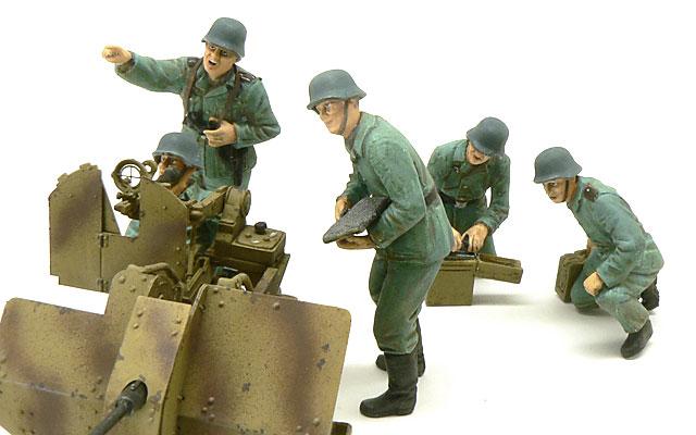 前から見た20mm対空機関砲フィギュアセットです。前の3人は迫り来る敵戦闘機を見つめています。緊張感のある表情がさすがは平野原型です。