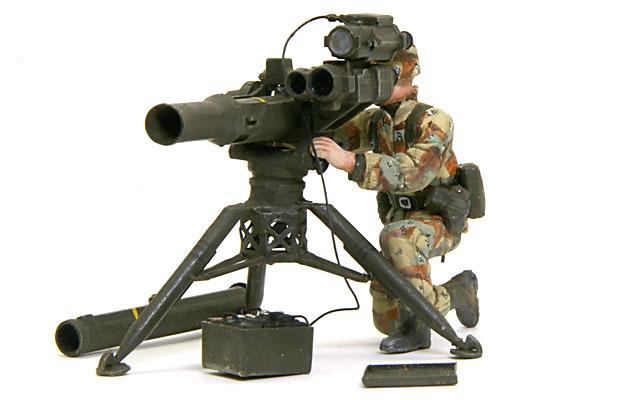 TOWミサイルを発射する特技兵です。TOWミサイルの脚部中央のメッシュの部分はコピー用紙で作り直しました。
