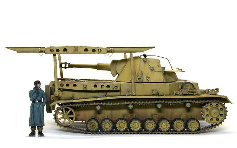フィギュアを並べてみると、戦車ってやっぱり大きいですよね。この砲塔を人力で降ろそうってんですから大変です。
