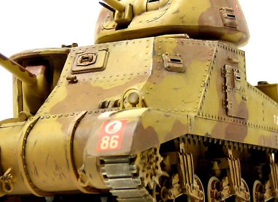 この角度で見るとなかなか迫力があります。背が高いですからね。この戦車車高が高いのでドイツ軍の88mm対戦車砲のいいお客さんだったでしょうね。大砲の弾を真正面から受ける位置にドライバーが乗っているのですが、運転用の覗き窓の位置から考えて、大砲に鉄板一枚で自分の体をさらしているような感じがします。グラントのドライバーって勇気があったんでしょうね。それともヤケクソかな?