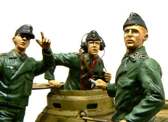 最初に発見した兵士が指を差します。あわてて振り返える若い兵士。目がおびえています。それにしても、キットのたばこを使ったのですが、思いっきり太すぎます。細い真鍮線にすればよかった