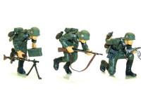 歩兵の皆さんです。鉛の薄板でストラップを作ってみました。やっぱり鉛が一番ですね(って他は試してませんが)。できちゃってから自由に形が変えられるので、銃と一緒に握らせたり(一番右)、たれさせたり(真ん中)、畳んでストラップでもって銃をぶら下げる(一番左)のようにあとから加工ができます。あと銃を初めとする装備品は全て木工ボンドで接着してあります。プラモ用接着剤と違って塗装を侵さないのできれいに接着できました。
