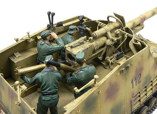後ろから見たナスホルンとクルーたちです。ゆとりの戦闘室で素早い装填作業ができたのでしょうが、砲弾ラックには8発しか持つことができません。あっという間に撃ち終わってしまいますよね。どうしていたんでしょうか?