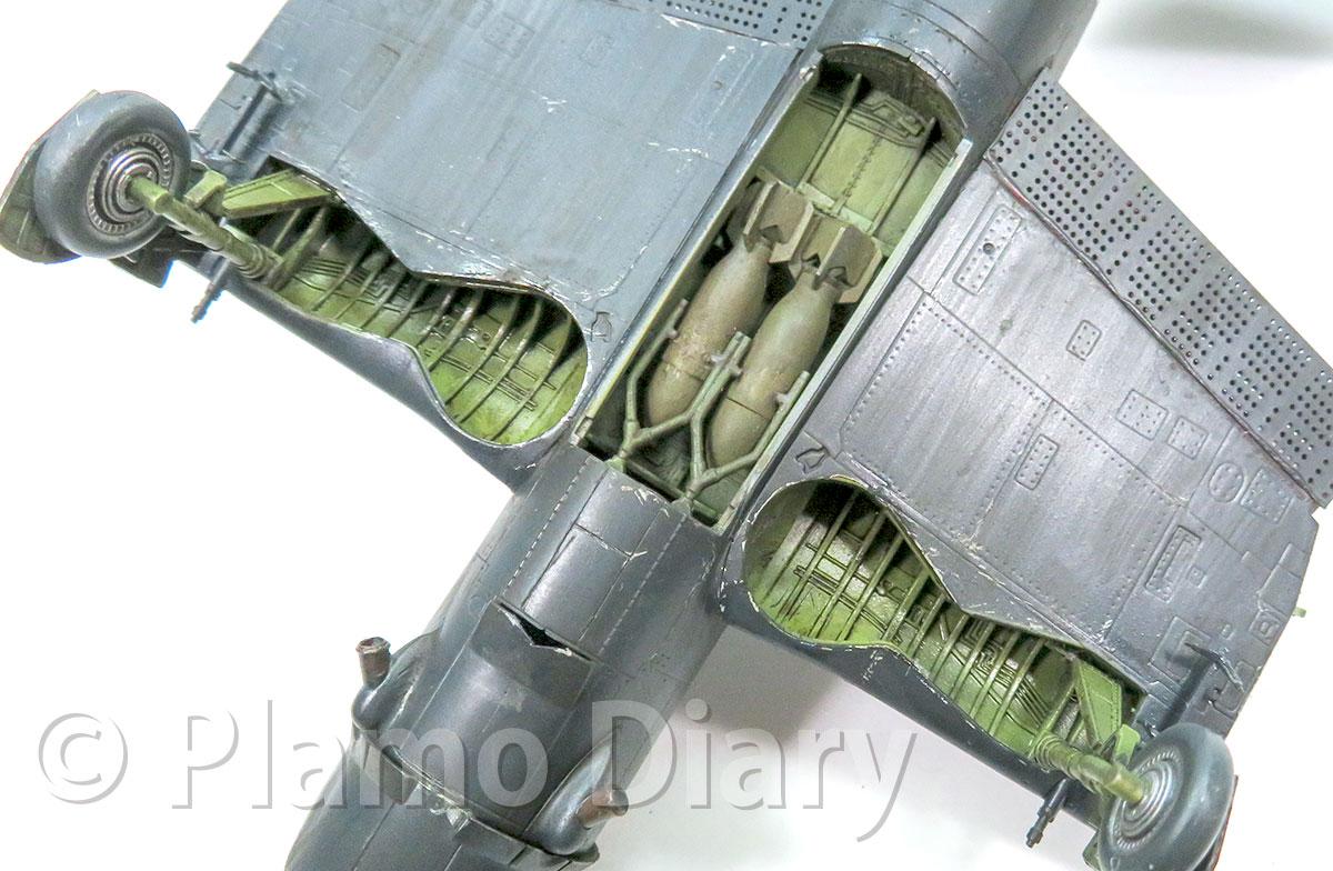 脚収納庫や爆弾倉のスミ入れ