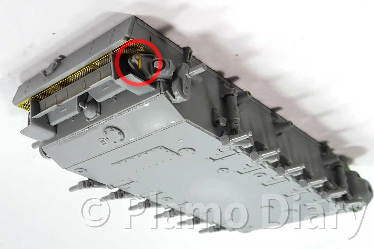 車体後部と誘導輪の組み立て