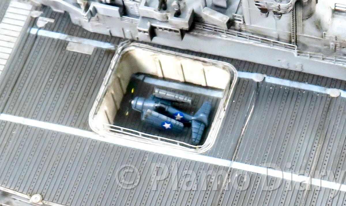 中央のエレベーターの艦載機