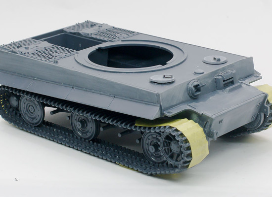 車体の組み立てと履帯の修復